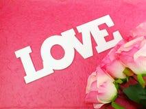 Prentbriefkaar met kunstbloemen en markering met woorden met liefde op roze achtergrond Stock Fotografie