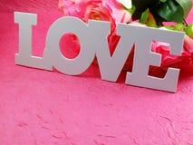 Prentbriefkaar met kunstbloemen en markering met woorden met liefde op roze achtergrond Royalty-vrije Stock Afbeelding