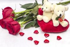 Prentbriefkaar op Valentijnskaartendag met rozen en een zacht stuk speelgoed Stock Fotografie