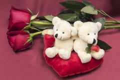 Prentbriefkaar op Valentijnskaartendag met rozen en stuk speelgoed Stock Fotografie