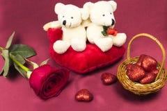 Prentbriefkaar op Valentijnskaartendag met rozen en stuk speelgoed Royalty-vrije Stock Afbeelding