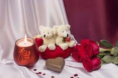 Prentbriefkaar op Valentijnskaartendag met rozen en witte Teddyberen Stock Afbeelding