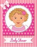 Prentbriefkaar van babydouche met leuk aardig meisje op roze achtergrond Stock Foto's