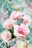 Prentbriefkaarbloem Gelukwensenkaart met pioenen, vlinders en parels Mooie de lente roze bloem Stock Afbeelding