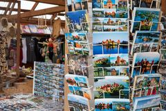 Prentbriefkaaren op rekken met meningen van Trakai-kasteel Stock Afbeelding