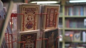 Prentbriefkaarentribune in boekhandel De herfststijl stock videobeelden