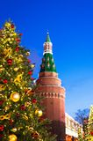 Prentbriefkaarkerstboom op de achtergrond van de toren van het Kremlin stock afbeelding