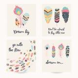 Prentbriefkaarontwerp met inspirational citaat en Boheemse kleurrijke veren Stock Fotografie