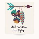 Prentbriefkaarontwerp met inspirational citaat en Boheemse kleurrijke veren Stock Foto