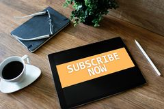 Prenumerera knappen på apparatskärmen Internet och digitalt marknadsföra begrepp royaltyfria foton
