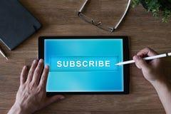 Prenumerera knappen på apparatskärmen Internet och digitalt marknadsföra begrepp arkivbild