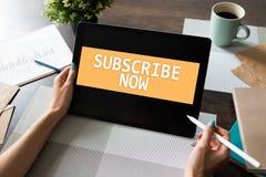 Prenumerera knappen på apparatskärmen Internet och digitalt marknadsföra begrepp royaltyfria bilder