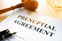 Prenuptial Vereinbarung über eine Tabelle lizenzfreie stockbilder