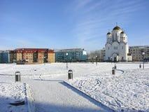 Preobrazhenskayavierkant en de Tempel van de Transfiguratie van Lord Serov Het gebied van Sverdlovsk Rusland stock foto's