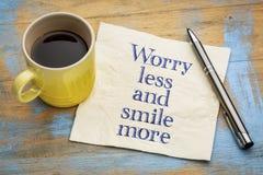 Preocúpese menos y sonría más texto del inspiraitonal foto de archivo libre de regalías