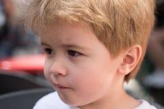 Preoccupandosi per i capelli Piccolo bambino con taglio di capelli alla moda Piccolo bambino con breve taglio di capelli Bambino  fotografia stock