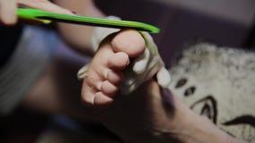 Preoccupandosi per il pedicure delle gambe della ragazza, lucidatura, belle luci Pedicure nel salone Le cure del padrone per i ch archivi video