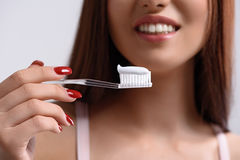Preoccuparsi allegro della giovane donna dei suoi denti immagini stock