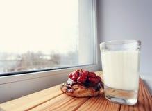 Preoccuparsi della finestra del latte del dolce della prima colazione fotografia stock libera da diritti