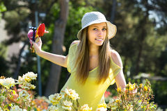 Preoccuparsi della ragazza delle rose di fioritura fotografie stock