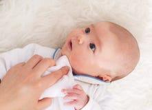 Preoccuparsi di menzogne della neonata per immagine stock libera da diritti