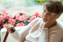 Preoccuparsi di signora più anziana fotografia stock