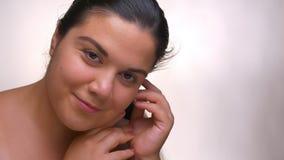 Preoccuparsi esaminando la donna obesa nuda della macchina fotografica con l'aspetto perfetto di calma e della pelle stock footage