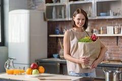 Preoccuparsi felice della casalinga della sua salute fotografia stock
