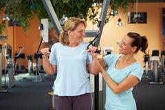Preoccuparsi femminile dell'addestratore di forma fisica Fotografie Stock