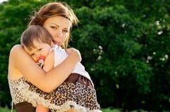 Preoccuparsi, madre abbraccia il bambino fotografia stock libera da diritti
