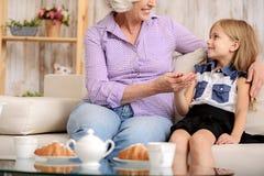 Preoccuparsi senior della nonna della bambina fotografia stock libera da diritti