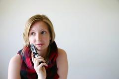 Preocupación de la muchacha con el teléfono celular móvil Imagen de archivo
