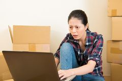 Preocupación de la mujer a la renovación de planificación imágenes de archivo libres de regalías