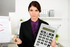 Preocupación hermosa de la mujer de negocios sobre costes de la calefacción Imagen de archivo libre de regalías