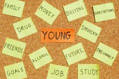 Preocupaciones de los jóvenes en una tarjeta del corcho Fotografía de archivo libre de regalías