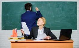 Preocupado de sus ex?menes Profesor y estudiante en examen Hombre de negocios y secretaria r imagen de archivo