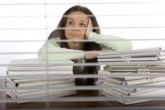 Preocupe a la mujer en la oficina Fotos de archivo libres de regalías