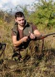 Prepárese para cazar Qué usted debe tener rato que caza el ambiente de la naturaleza Concepto del rifle de la recarga Hombre con  fotos de archivo