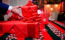 Prepárese por la Navidad y el Año Nuevo Embalaje de concepto de los regalos Momentos mágicos Prepare los regalos de la sorpresa p fotos de archivo libres de regalías