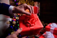 Prepárese por la Navidad y el Año Nuevo Momentos mágicos Cajas de regalo con cierre grande del arco de la cinta para arriba Regal fotografía de archivo
