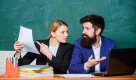 Prep?rese para la lecci?n de la escuela Profesor y supervisor que trabajan en sala de clase de la escuela Educador de la escuela  imagen de archivo libre de regalías