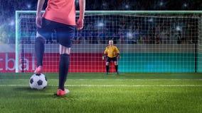prepairing女性的足球运动员采取惩罚 库存图片