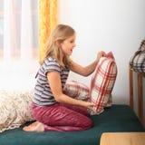 Prepairing Bett des Mädchens für das Schlafen Lizenzfreie Stockfotografie