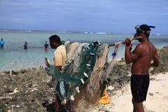 Prepairing la red del acabamiento para pescar en Mauricio imagen de archivo libre de regalías