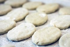 Preparándose, cocinando, haciendo las empanadas o las empanadas fritas hechas en casa con la patata y las habas fotos de archivo