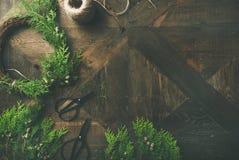 Preparándose para la Navidad, Año Nuevo Plano-endecha de guirnaldas, cuerda, tijeras Fotografía de archivo libre de regalías