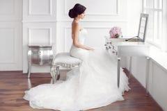 Preparação bonita nova da noiva em casa imagens de stock royalty free