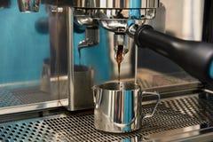 Preparação da bebida de tonificação Máquina do café Imagens de Stock Royalty Free