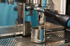 Preparação da bebida de tonificação Máquina do café Fotos de Stock