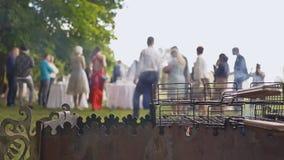 Preparação da carne de porco e do assado fritados para os convidados da cerimônia de casamento no ar livre Soldador com carvões video estoque